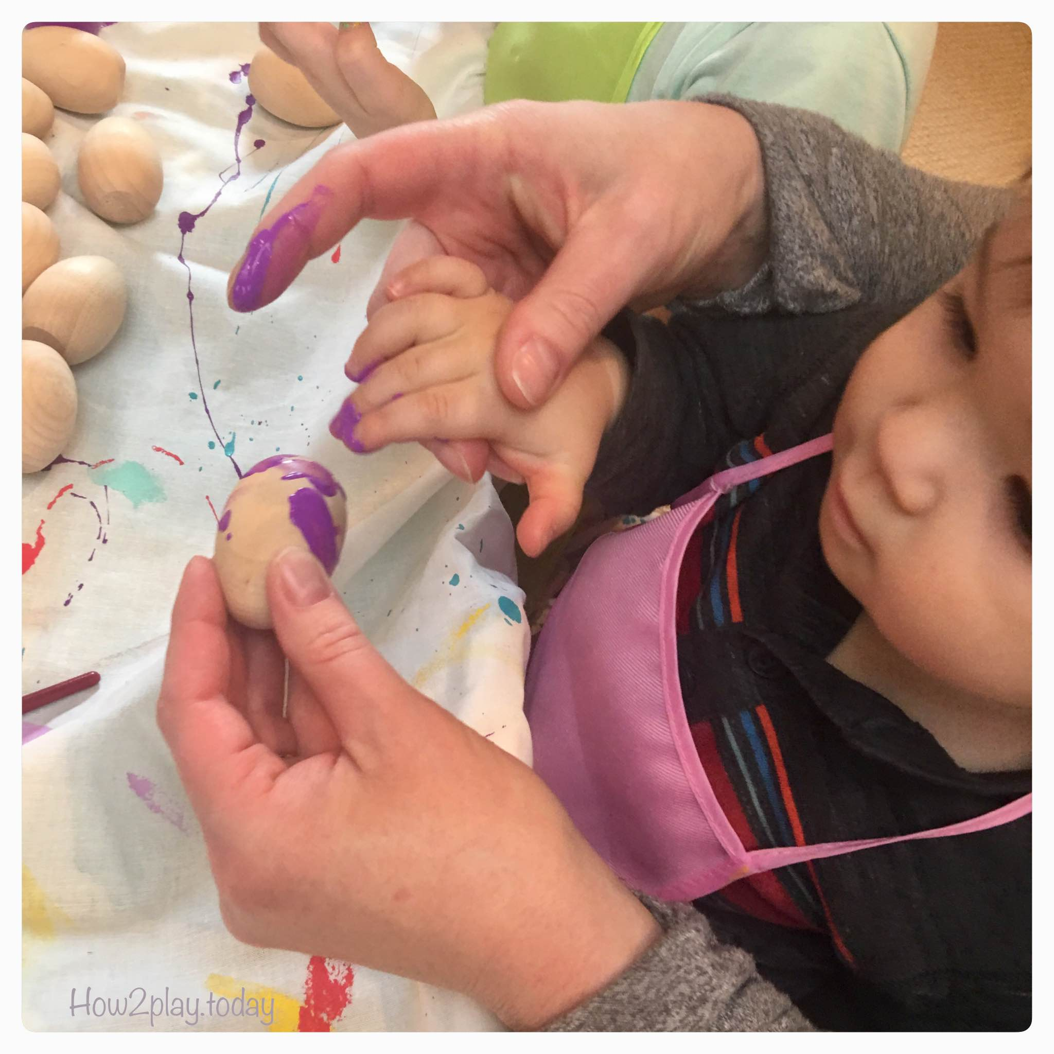 Creative DIY Easter egg art. This open-ended process art allows the kids to direct the art project by allowing them options and embracing the mess. The process becomes the fun focus and not necessarily the product because whatever the end result is, will be beautiful.