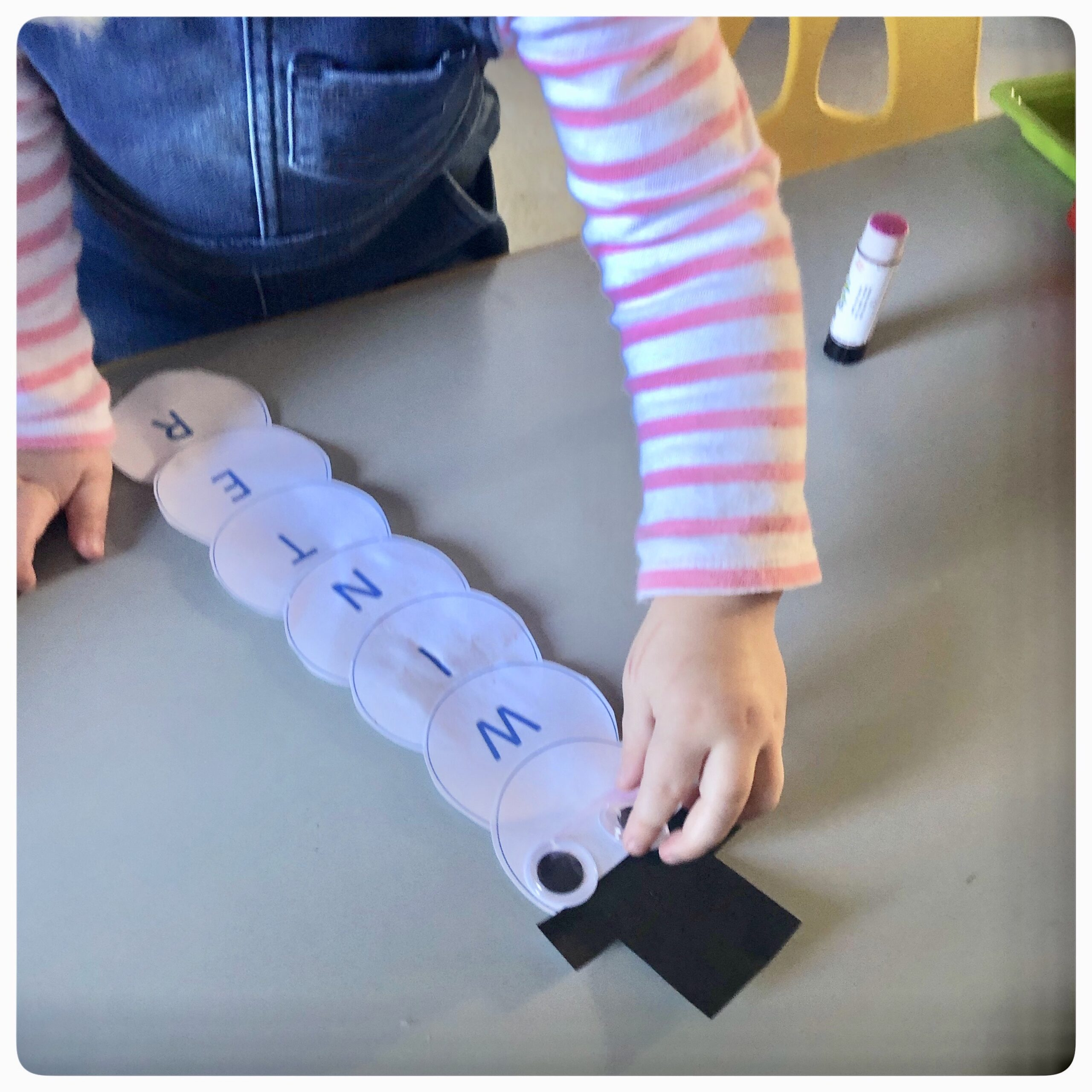 We're ready for winter now with our Snowmen! This fun activity is great for letter recognition & fine motor skill development. 👉🏼 swipe to see how we set this up. ⛄️ Each child had the circles with letters of their name, plus one blank circle, and one black top hat. We talked about the first letter of everyone's name and each child picked their letter out. With some help, they glued their letters together and added the top hat. Then the fun of choosing which wiggly eyes to put on 👀 They were So proud. Just look at their sweet faces! 🥰